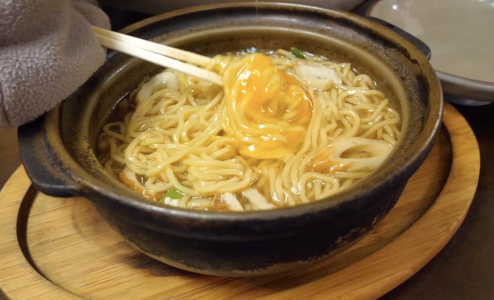 【鍋焼きラーメンの食べ方】卵くずし